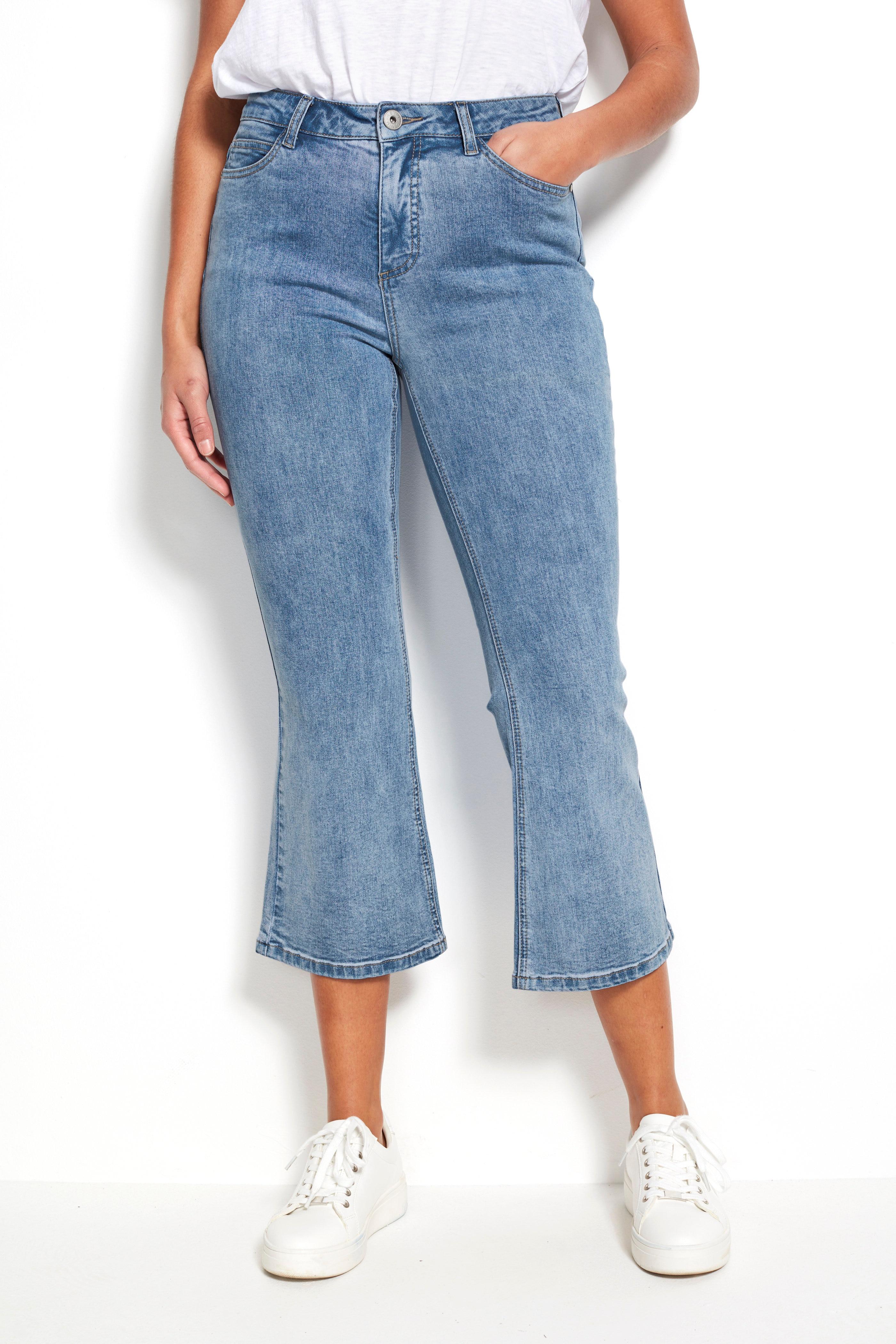 Korte, utsvingte jeans
